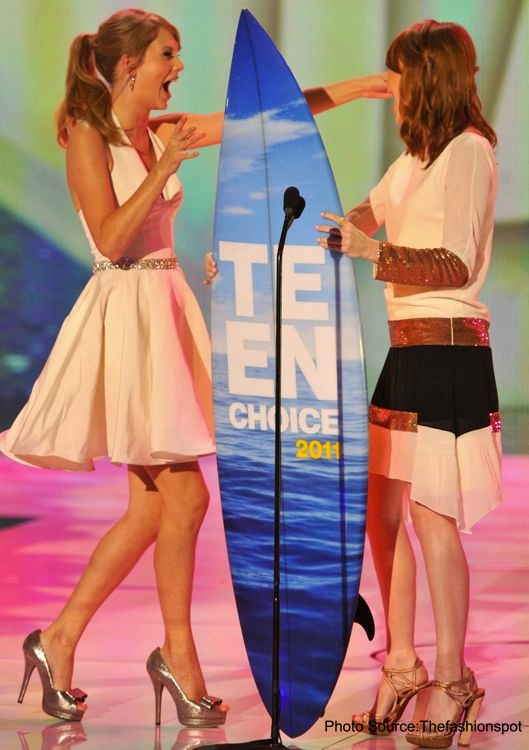 taylor-swift-and-emma-stone-2011-teen-choice-awards-universal-city-aug-2011_Fotor